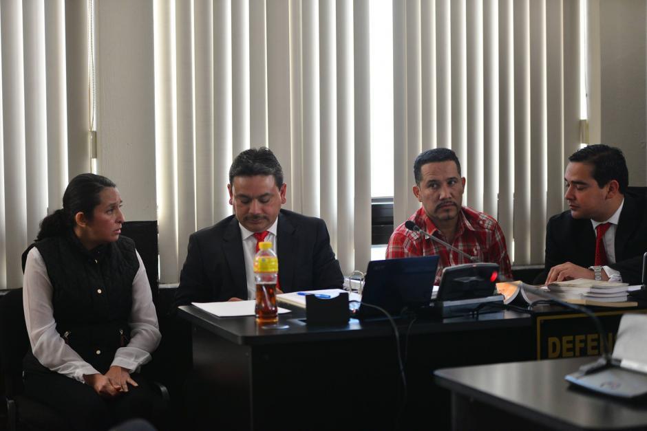 Dos exempleados del exdiputado Pedro Muadi durante el inicio del juicio en su contra por un caso de Plazas Fantasmas en el Congreso de la República. (Foto: Wilder López)