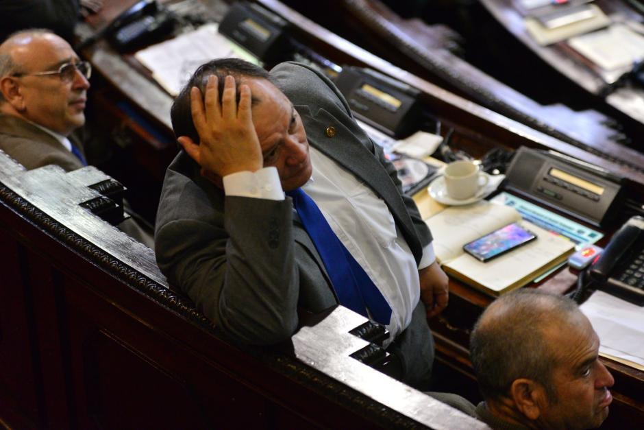 El subjefe de la bancada oficialista, Alsidier Arias, estuvo distraido durante la presentación del informe del Banco de Guatemala