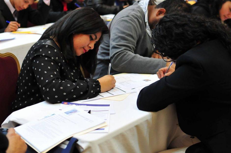 Los aspirantes llenaron las solicitudes y entregaron sus hojas de vida entre las 38 empresas ofertantes.(Foto: Alejandro Balán/Soy502)