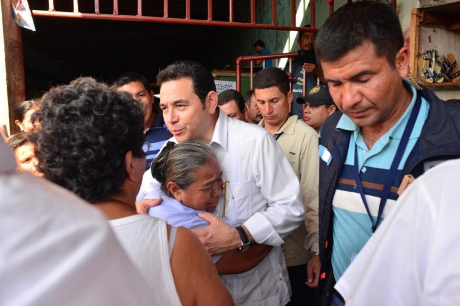 Jimmy Morales escuchó las peticiones de los inquilinos del mercado de Retalhuleu. (Foto: Jesús Alfonso/Soy502)