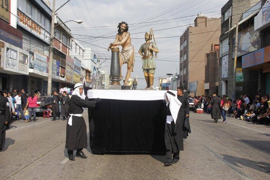 Miles de fieles católicos acompañan el cortejo procesional del Señor Sepultado del templo del Calvario. (Foto: Jorge Sente/ Nuestro Diario)