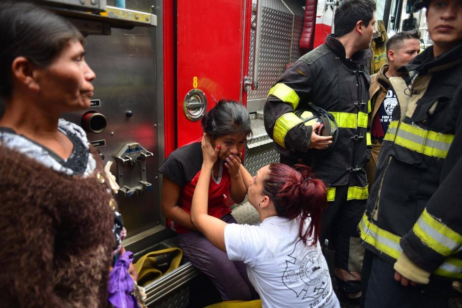 Alejandra de los Bomberos Voluntarios consoló a Emilia en la tragedia. (Foto: Jesús Alfonso/Soy502)