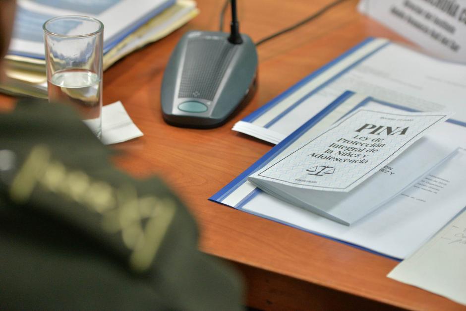 El Ministro llevaba consigo la Ley de Protección de la Niñez. (Foto: Wilder López/Soy502)