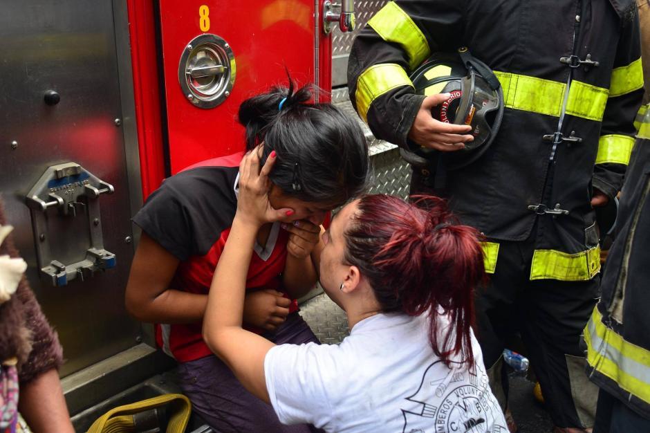 La bombero no se separó de los familiares. (Foto: Jesús Alfonso/Soy502)