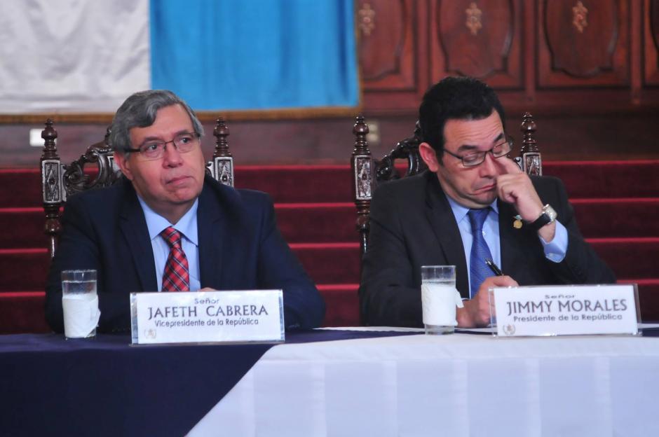 Periodistas de distintos medios de comunicación le hicieron un llamado al presidente Jimmy Morales, para que respondiera los cuestionamientos realizados por otros colegas que él prefirió ignorar. (Foto: Alejandro Balán/ Soy502)