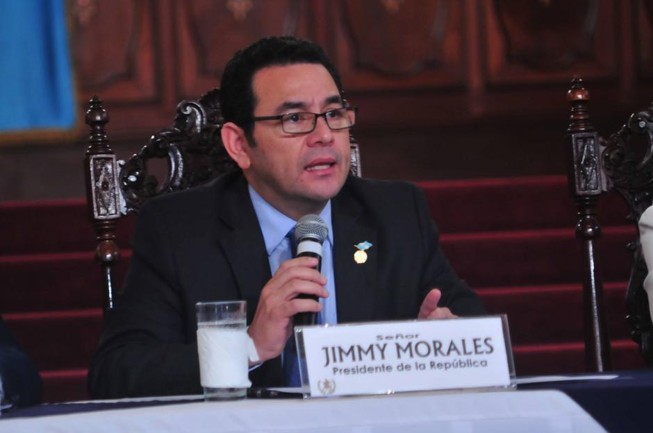 Con evidente molestia el presidente Jimmy Morales responde a los cuestionamientos realizados por los periodistas de distintos medios de comunicación. (Foto: Alejandro Balán/ Soy502)