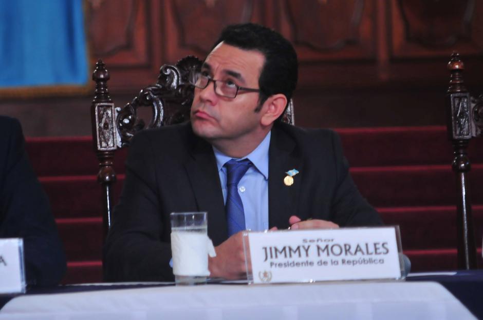 Jimmy Morales recurrió a una grabación de Emisoras Unidas para responder a las preguntas constantes sobre el medicamento vencido. (Foto: Alejandro Balán/Soy502)