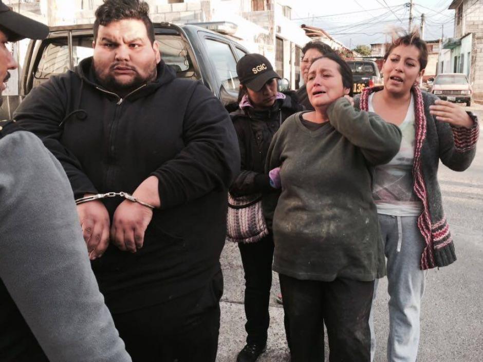 En allanamientos en la zona 21 se capturó a integrantes de una familia que se dedicaba a extorsionar. (Foto: PNC)