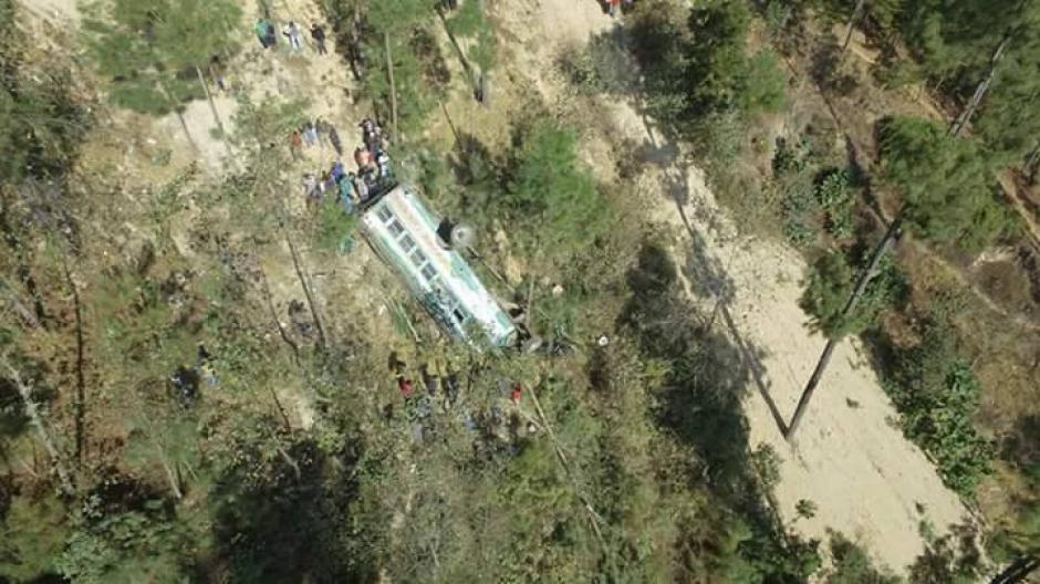Se contabilizaban 19 muertos tras accidente de bus en Nahualá, Sololá, procedente de San Marcos.(Foto: Knal 4 Quiche / Facebook)