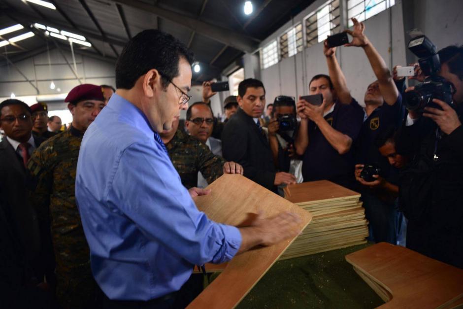 El presidente Jimmy Morales pidió al Ejército el donativo para satisfacer la necesidad de pupitres. (Foto: Jesús Alfonso/Soy502)