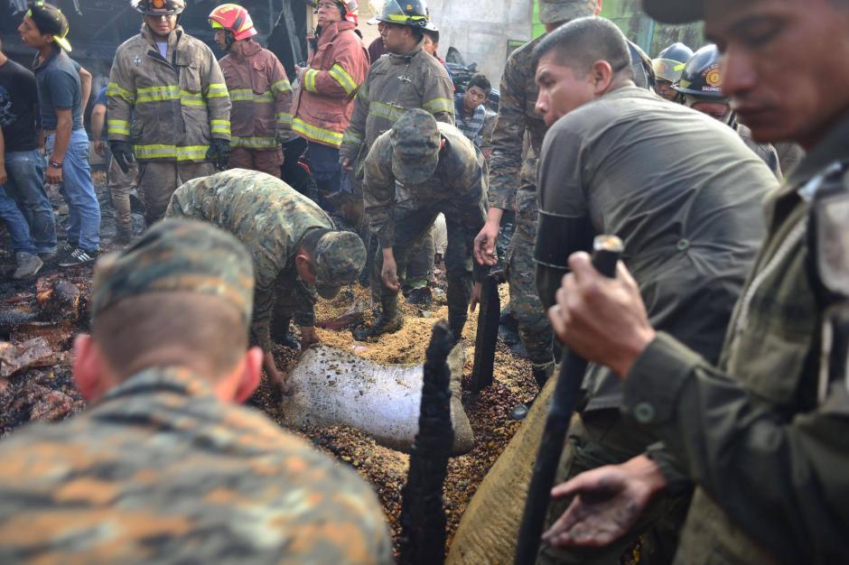 Se intenta descombrar para verificar si hay cuerpos soterrados. (Foto: Jesús Alfonso/Soy502)