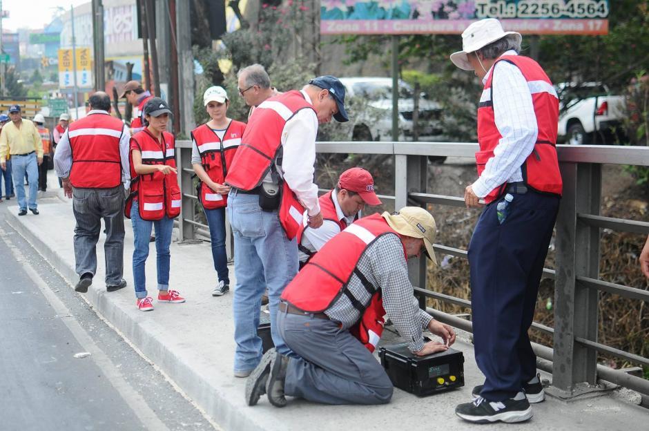 Personal de la UMG colocó 27 acelerómetros en el Puente Belice para realizar las mediciones. (Foto: Alejandro Balán/Soy502)