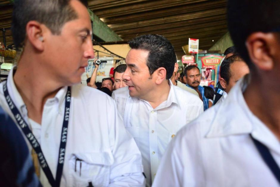 El presidente fue abordado en Retalhuleu por ciudadanos que le cuestionaron sobre su salario. (Foto: Jesús Alfonso/Soy502)