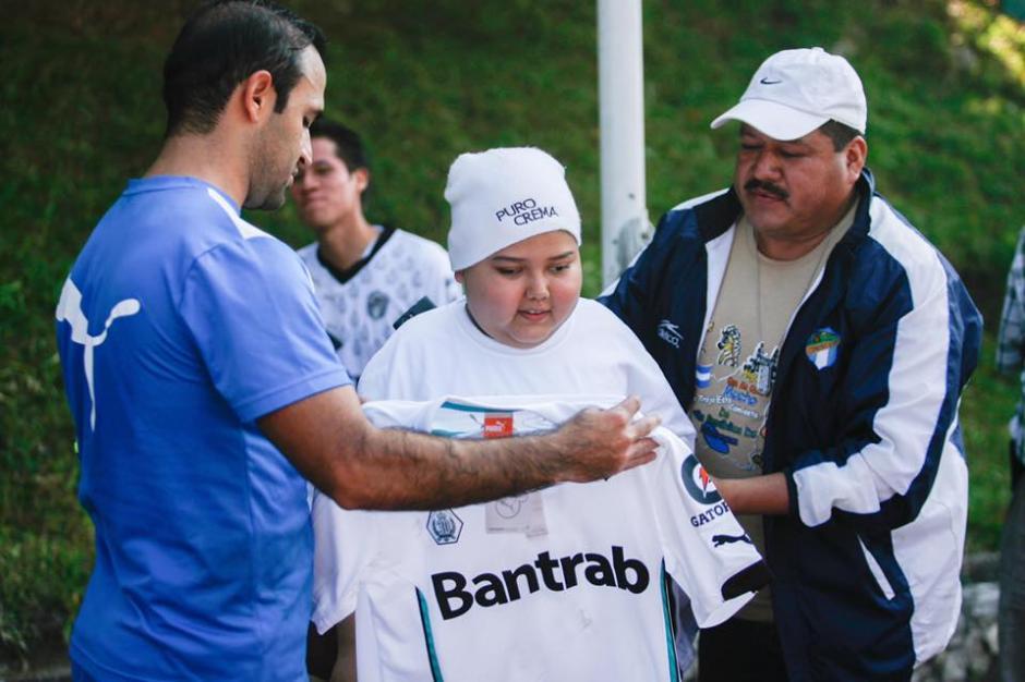Marquitos vio de cerca a sus ídolos y se llevó una camisola de recuerdo del capitán de los albos, José Contreras. (Foto: Facebook de Comunicaciones)