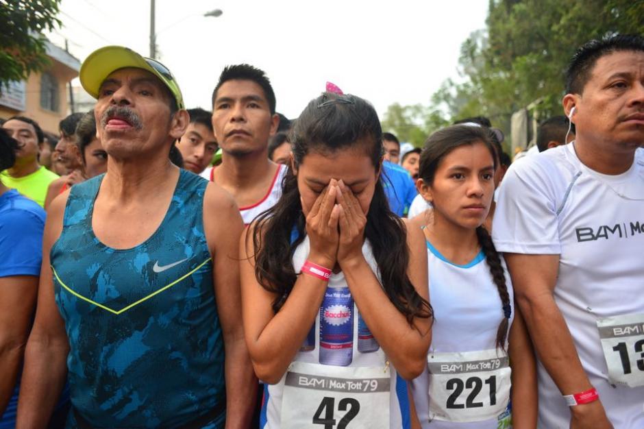 Merlin Chalí hace su oración antes de iniciar la carrera de la que fue la ganadora en la rama femenina. (Foto: Jesús Alfonso/Soy502)