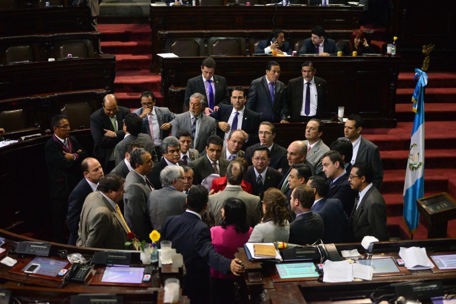 Los diputados discutieron constantemente en el centro del hemiciclo. (Foto: Wilder López/Soy502)