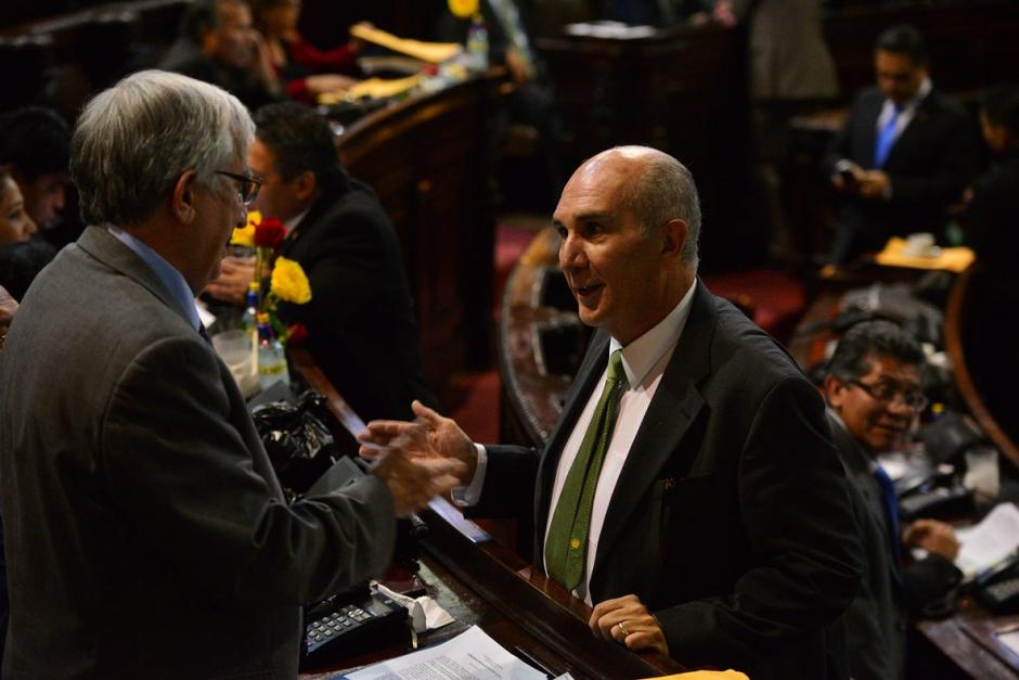 El presidente del Congreso, Mario Taracena bajó del estrado de la Junta Directiva para hablar con algunos diputados. (Foto: Wilder López/Soy502)