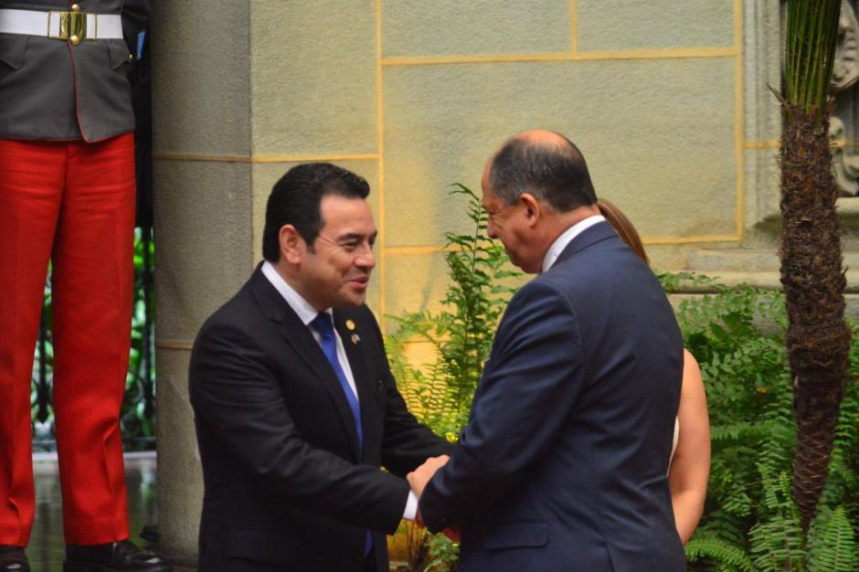 El presidente de la República Jimmy Morales  saluda al presidente de Costa Rica Luis Guillermo Solís. (Foto: Jesús Alfonso/ Soy502)