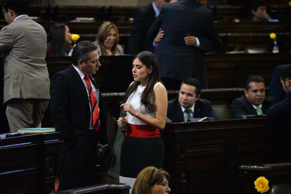 Algunos discutían sobre la ley, pero otros eran ajenos a lo que sucedía frente a ellos. (Foto: Wilder López/Soy502)