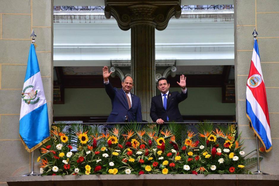 Los presidentes de Costa Rica, Luis Guillermo Solís y el presidente de Guatemala Jimmy Morales saludan en el Palacio Nacional de la Cultura. (Foto: Jesús Alfonso/ Soy502)