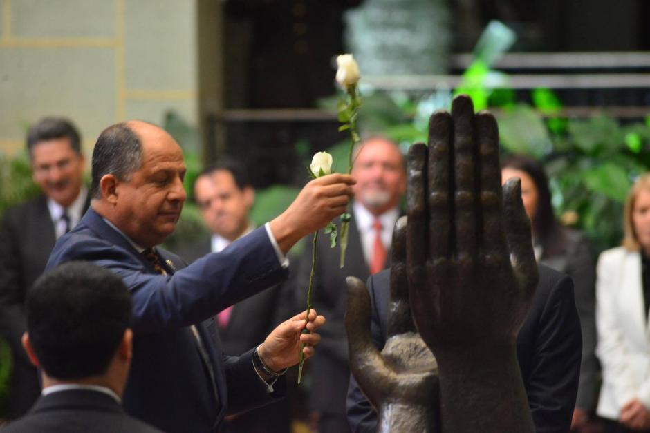 El presidente de Costa Rica Luis Guillermo Solís realizó el cambio de la rosa en el monumento a la Paz. (Foto: Jesús Alfonso/ Soy502)