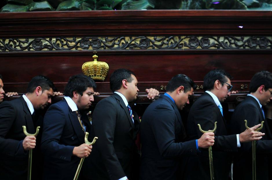 Los fieles católicos acompañan la imagen. (Foto: Alejandro Balan/Soy502)