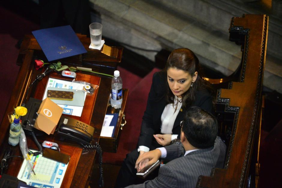 Algunos diputados permanecieron ajenos a lo que sucedía frente a ellos. (Foto: Wilder López/Soy502)