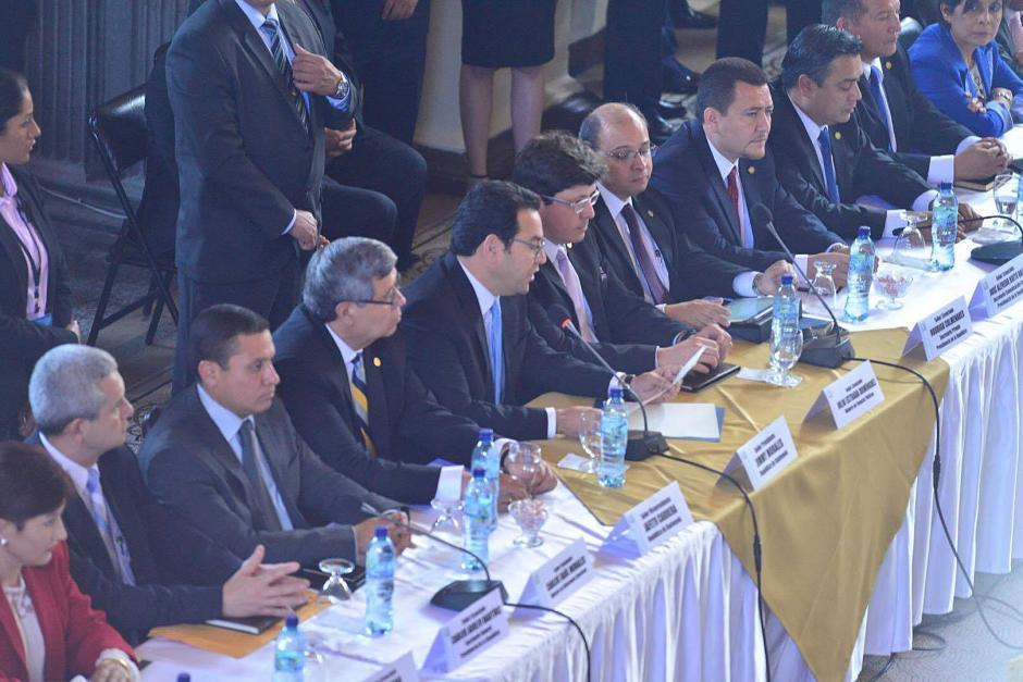 El presidente de la República Jimmy Morales visitó el Congreso de la República junto al vicemandatario Jafeth Cabrera y su equipo de comunicación. (Foto: Jesús Alfonso / Soy502)