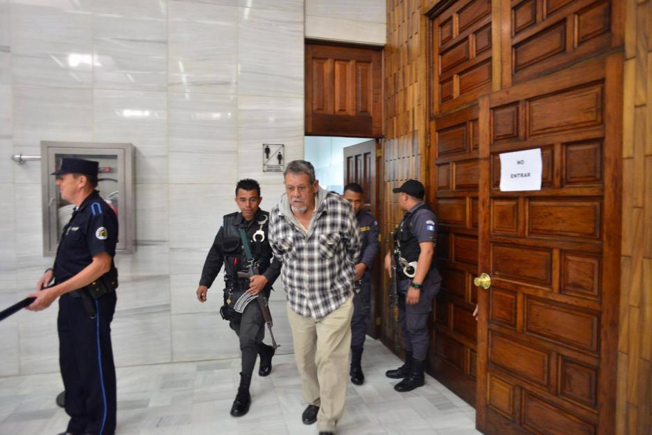 El acusado Heriberto Valdez Asij, al momento de ser evacuado de la Sala de Vistas. (Foto: Jesús Alfonso/Soy502)