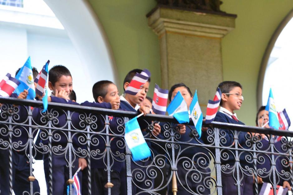 Un grupo de niños de la Escuela Costa Rica, participaron en una actividad en la que estuvieron presentes los mandatarios de Guatemala y Costa Rica. (Foto: Jesús Alfonso/ Soy502)