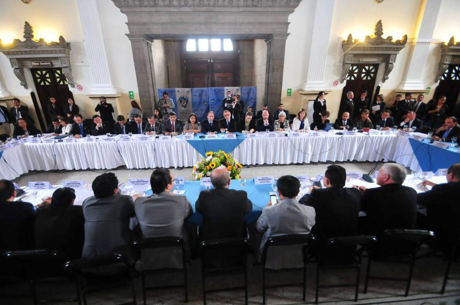 La reunión tuvo lugar en El Salón del Pueblo del Congreso de la República, a donde asistieron representantes de todas las bancadas del Congreso. (Foto: Alejandro Balan/Soy502)