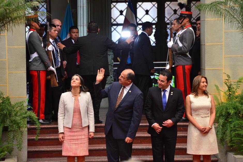 El presidente de Costa Rica Luis Guillermo Solís, junto a su esposa Mercedes Peña Domingo y el presidente Jimmy Morales, junto a su esposa  Patricia Marroquín. (Foto: Jesús Alfonso/ Soy502)