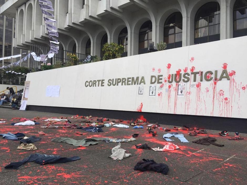 Activistas manchan frontispicio de la Corte Suprema de Justicia en representación de la ausencia de los desaparecidos. (Foto: Evelyn de León/Soy502)