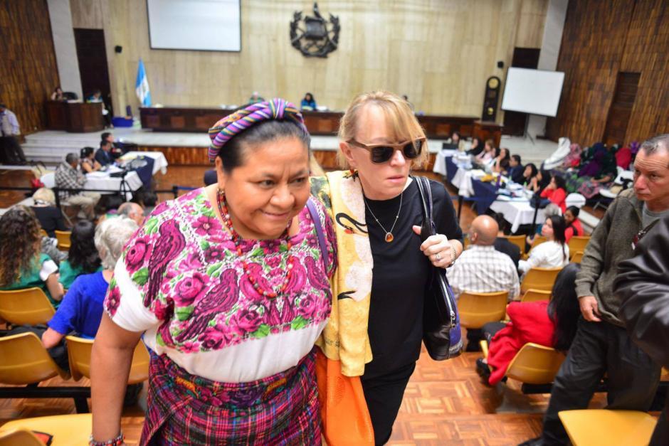 Las premio Nobel de la Paz Rigoberta Menchú y Jody Williams en su salida de la Sala de Vistas de la CSJ. (Foto: Jesús Alfonso/ Soy502)