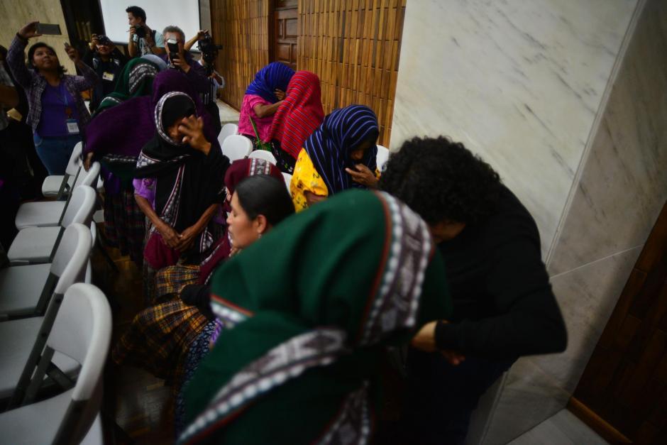Con lágrimas, las mujeres recibieron finalmente justicia.  (Foto: Wilder López/Soy502)
