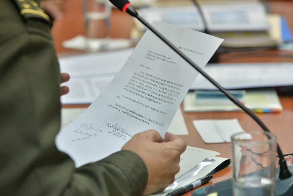 El Ministro de Defensa lee la carta de la madre de la estudiante agraviada. (Foto: Wilder López/Soy502)