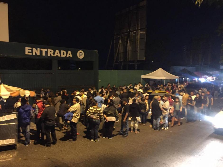 El público pedía a gritos que se realizara el concierto. (Foto: Nuestro Diario)