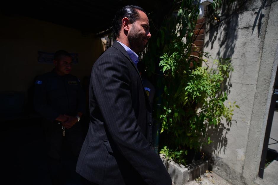 Jeanpierre Mota se acercó a la exfuncionaria Baldetti en el Juzgado de Villa Nueva. (Foto: Wilder López/Soy502)