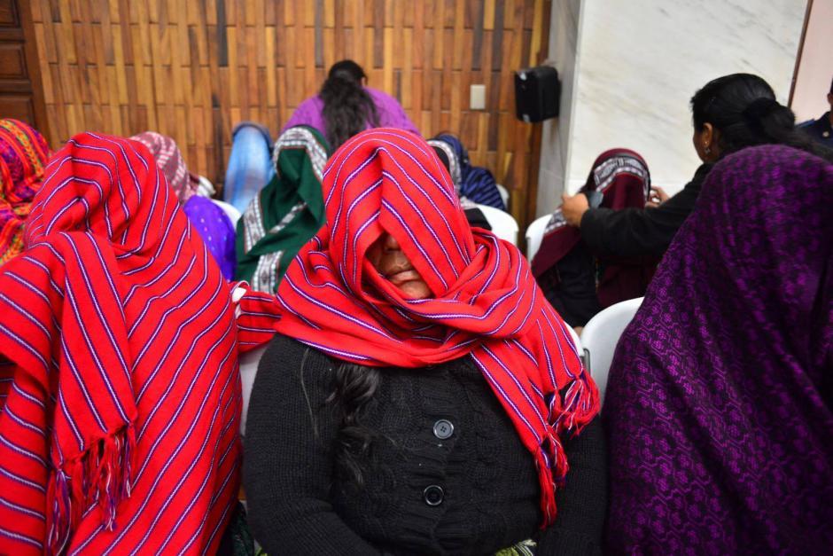 Mujeres víctimas del caso, cubren su rostro con un perraje. (Foto: Jesús Alfonso/Soy502)