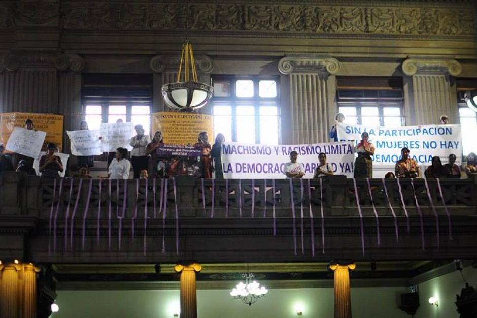 Los grupos de mujeres y diputadas abuchearon a los diputados que defendían su voto en contra. (Foto: Alejandro Balan/Soy502)