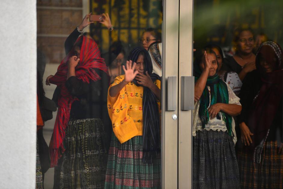 Desde la puerta de la sala de vistas de la Corte, las mujeres saludaron a quienes les acompañaron durante el juicio.  (Foto: Wilder López/Soy502)
