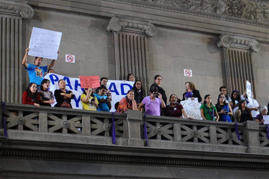 Grupos que buscan la igualdad de género protestaron con molestia dentro del Congreso debido a que la discusión no avanza. (Foto: Alejandro Balan/Soy502)