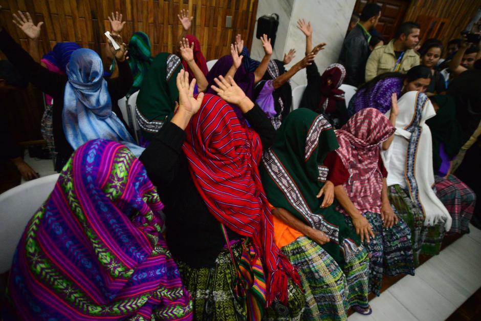 Con las manos en alto, las mujeres celebraron la resolución del Tribunal.  (Foto: Wilder López/Soy502)
