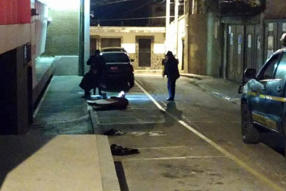 Abandonan cabeza humana frente a la Municipalidad de Mixco. (Foto: Facebook/Neto Bran)