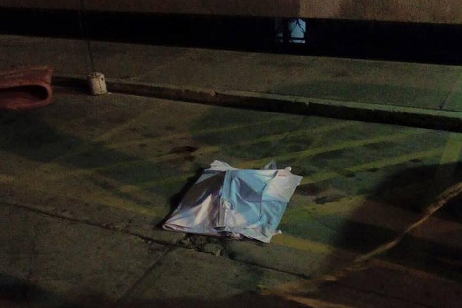 Un taxista habría lanzado los restos humanos frente a la Municipalidad de Mixco y en otra ubicación del municipio.(Foto: Facebook/Neto Bran)