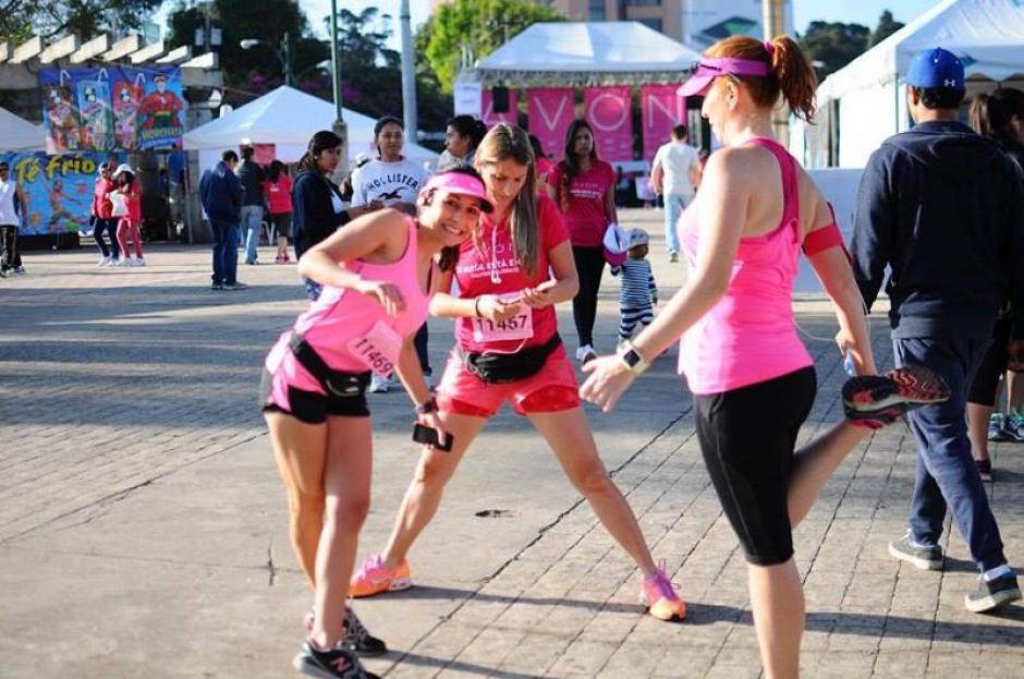Cientos de mujeres participaron en la Carrera Caminata Avón en su edición número 16. (Foto: Alejandro Balán/ Soy502)