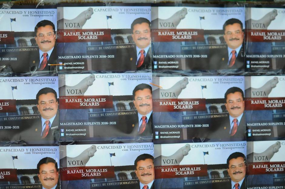 Los aspirantes a magistrados titulares y suplentes de la CC colocaron propaganda para que los profesionales del derecho voten por ellos. (Foto: Alejandro Balán/Soy502)