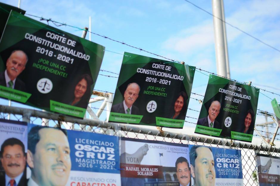 En los alrededores del Parque de la Industria fue colocada propaganda de los aspirantes a magistrados. (Foto: Alejandro Balán/Soy502)