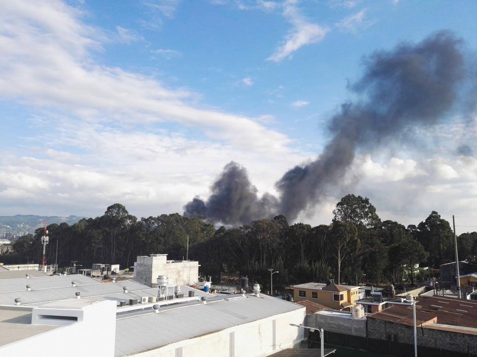El incendio se inició en el predio de llantas ubicado en la zona 12. (Foto: Gustavo Méndez/Soy502)