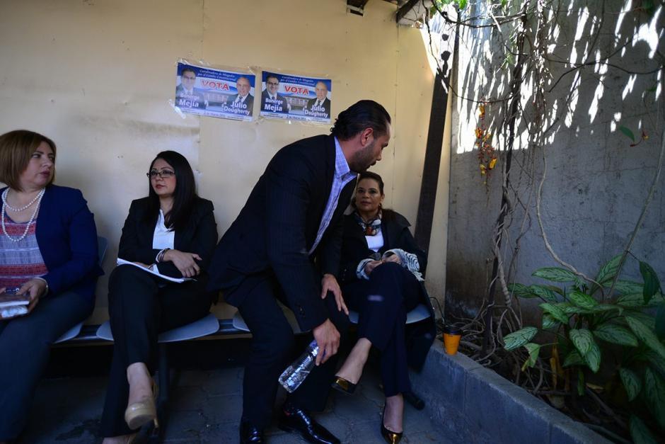 """El exparticipante del Programa """"Combate"""" saluda a la exvicepresidenta Roxana Baldetti durante un receso de la audiencia del caso del Lago de Amatitlán. (Foto: Wilder López/Soy502)"""